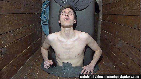 Gay porn macho ativo sendo punhetado pelo seu amigo
