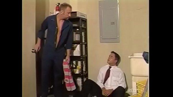 Mecanico dotado metendo com o gerente na sala dele