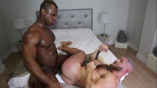 Sexo explicito gay negão enterrando o cacete no amigo