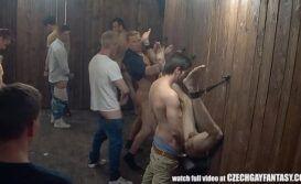 Suruba gay no banheiro publico