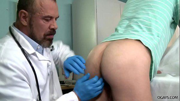 Doutor examinando o cuzinho do safado com o seu pau