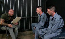 Garotos bonitos safados fodendo na prisão