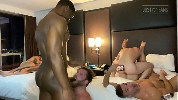 Grupo de sexo com rapazes fodendo com disposição