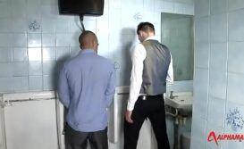 Pegação em banheiro publico acaba em sexo