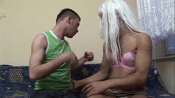 Porno casual safado vestido de mulher dando a bundinha