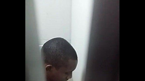 Punheta boy se masturbando no banheiro publico