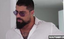 Xxx homem barbudo fodendo o cuzinho do novinho