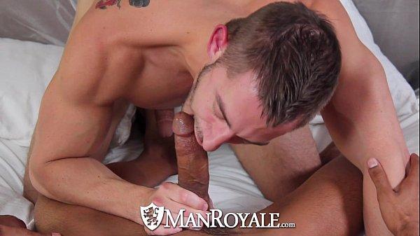 Homem fazendo sexo e gozando com tesão