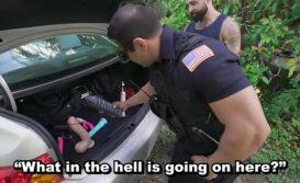 Policial sarado comendo o cu do bandido