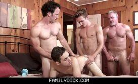 Sexo grupal orgia raoazes fodendo gostoso