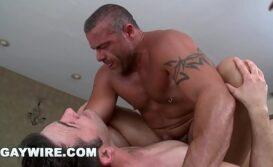Sexo homem forte comendo passivo