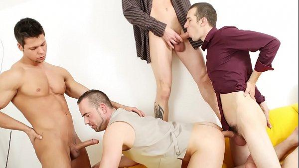 Orgia gay dotados amigos em sexo bastante quente